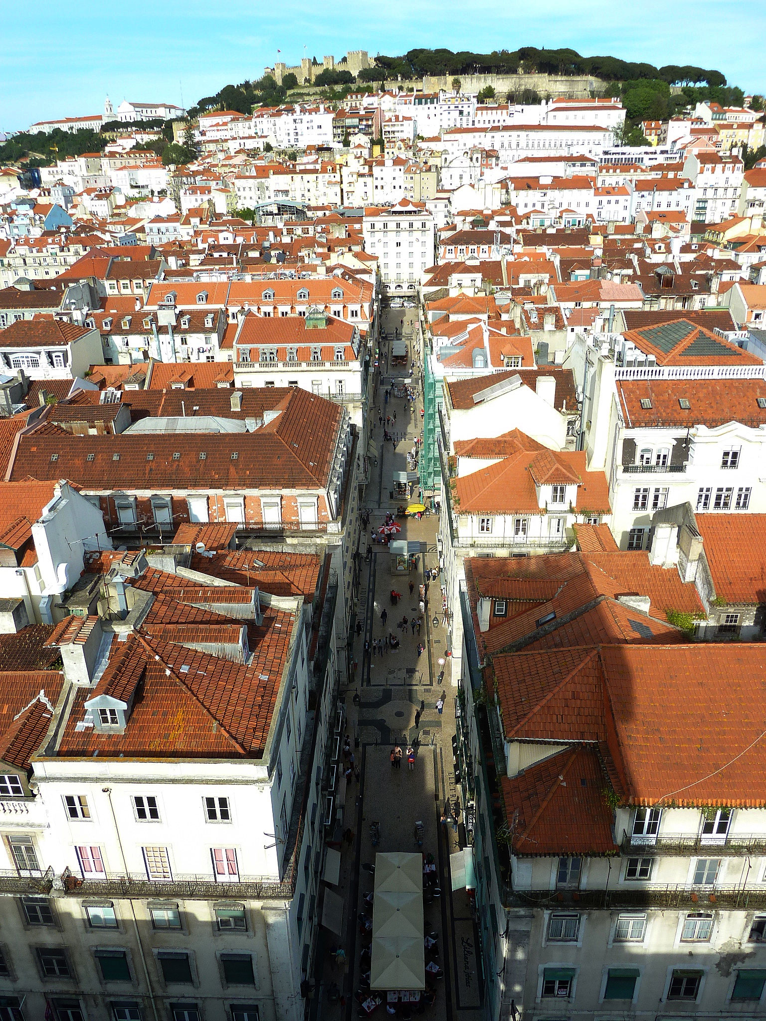 Take a view of the Alfama from the Funnicular